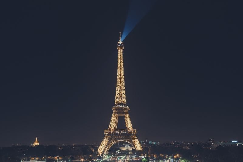 Tour Eiffel Paris illuminé la nuit photo