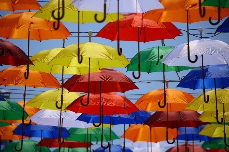 photo parapluies orange bleu jaune vert blanc rou