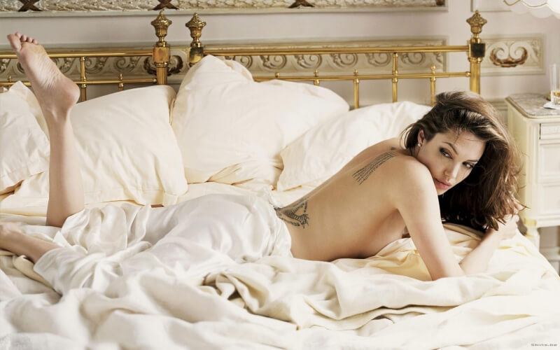 Angelina Jolie dans un lit photo